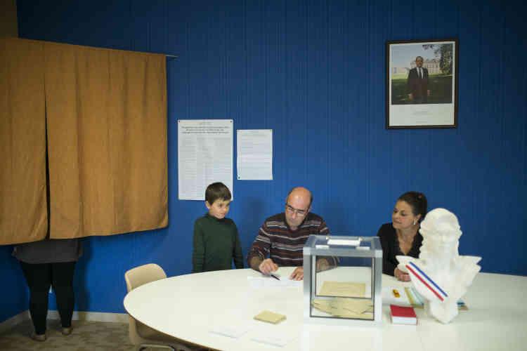 Dans un bureau de vote de Flammerécourt, en Haute-Marne, où le Front national a largement dominé le premier tour de la présidentielle, avec 69 % des voix.