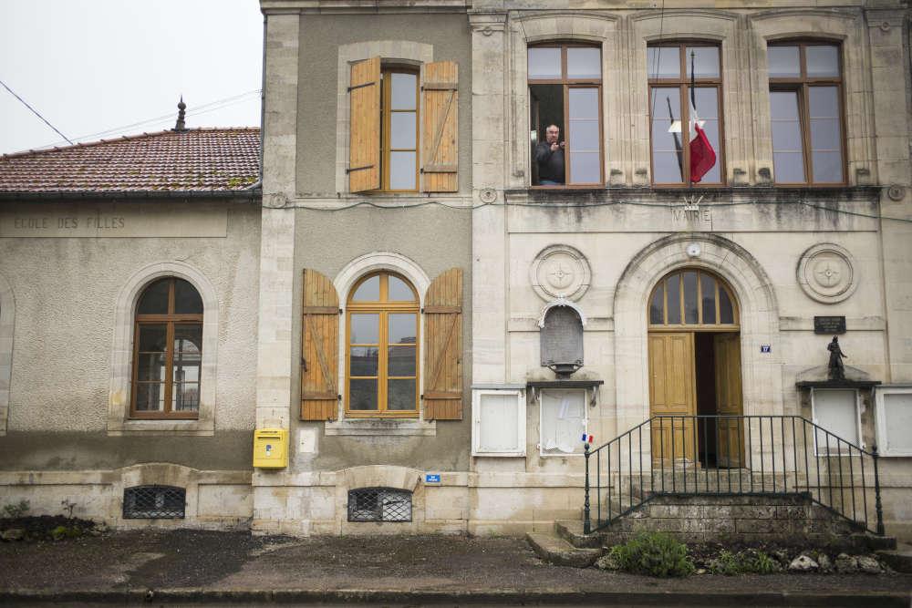La mairie et bureau de vote de Brachay, en Haute-Marne. En 2012, c'est ici que le Front national avait réalisé son plus beau score (72% des voix). A la fenêtre, on aperçoit Gérard Marchand, le maire FN du village.
