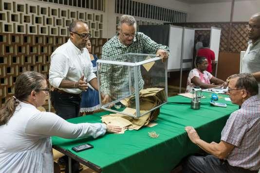 Dépouillement après la cloture du vote du second tour à Remire-Montjoly en Guyane, le 6 mai.