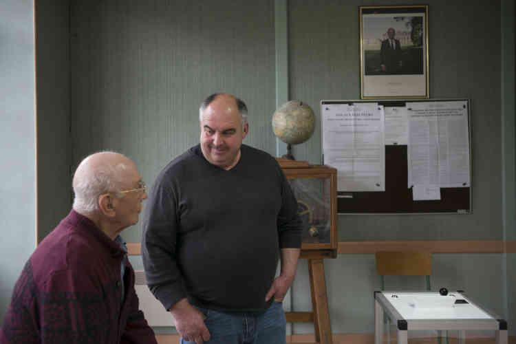 Le maire, Gérard Marchand, et Raymond, deuxième assesseur, au bureau de vote du village lors du second tour de l'élection présidentielle.