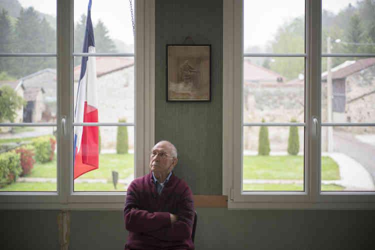 Raymond, 91 ans, deuxième assesseur du bureau de vote de Brachay (Haute-Marne). Le FN a fait un score de 83,72 % au premier tour de l'élection dans ce village de 55 habitants.