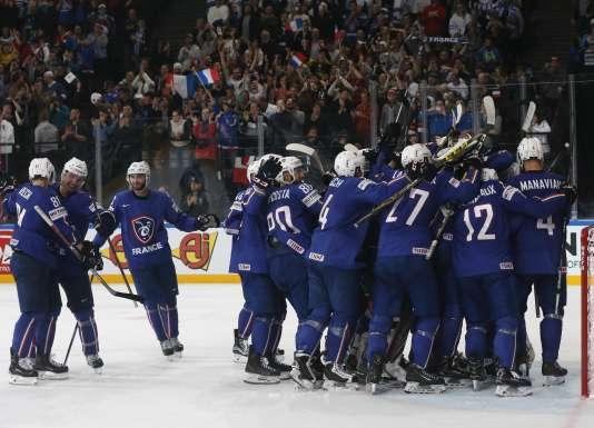 Les Français célèbrent leur victoire (5-1) contre la Finlande, dimanche 7 mai à l'AccorHotels Arena de Paris.