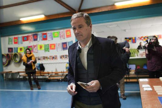 Nicolas Dupont-Aignan dans son bureau de vote, à Yerres, lors du second tour de l'élection présidentielle, le 7 mai.
