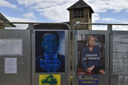 Affiches électorales, à Saint-Hilaire-Peyroux (Corrèze), le 7 mai 2017.