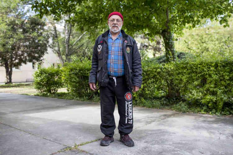 Jean-JacquesRosario, 69 ans, affiche clairement ses opinions au revers de sa veste. Une flamme frontiste et un œillet bleu-blanc-rouge. «Je vote FN depuis plus de dix ans…», assure ce Marseillais qui vit désormais à La Ciotat, mais vote toujours bureau 1168.