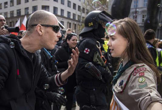 Un cliché, devenu viral, d'un photographe amateur représentant une jeune fille tchèque de 16ans confrontée à un sympathisant néonazi, pris le 1ermai lors d'une manifestation d'extrême droite à Brno, en République tchèque.