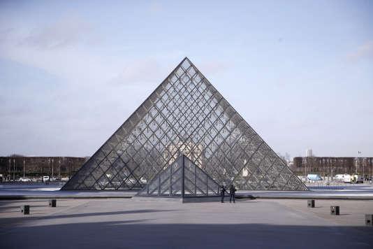 La pyramide du Louvre au centre de la cour Napoléon, le 22 février.
