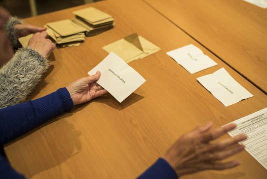 Dépouillement du vote à Châlette-sur-Loing (Loiret), le 7 mai.