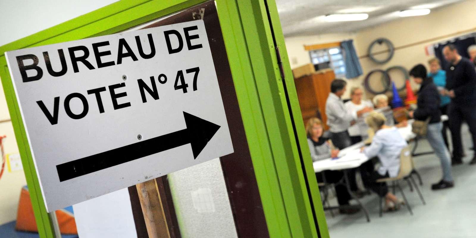 Dans un bureau de vote à Quimper, dans l'ouest de la France, le 7 mai.