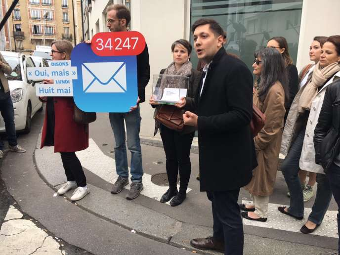 Eliott Lepers, entouré d'électeurs, devant le siège d'En marche! où ils voulaient remettre la liste des 34000personnes qui ont envoyé un« deuxième bulletin» virtuel à Emmanuel Macron.