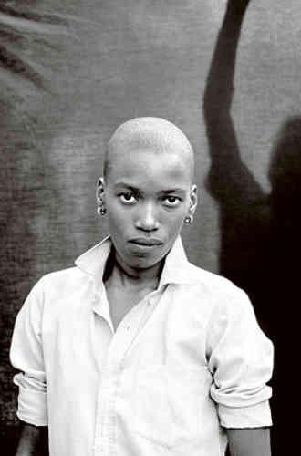 « Nhlanhla Esther Mofokeng, Katlehong, Johannesburg », 2012. L'œuvre de Zanele Muholi, née en 1972 à Umlazi, déborde largement le documentaire social pour aborder frontalement la question de l'identité. Ses portraits toujours cadrés à distance égale et en buste questionnent la représentation du corps de la femme noire dans le contexte sud-africain d'aujourd'hui, tout en abordant celle de l'homosexualité et des violences effectives qui en découlent.