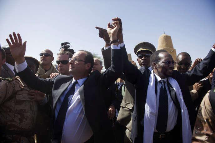 François Hollande, accueilli par Dioncounda Traoré, alors président par intérim du Mali, est acclamé à son arrivée à Tombouctou, le 2 février 2013.
