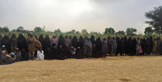 Le groupe des 82 lycéennes de Chibok, gardées prisonnières par la secte islamiste Boko Haram pendant trois ans, attendent d'être relâchées, le 6 mai 2017, en échange de trois commandants tchadiens du groupe terroriste. Photo prise près deKumshe, au Nigeria, par l'avocat Zanah Mustapha, qui a négocié cette libération avec la secte.
