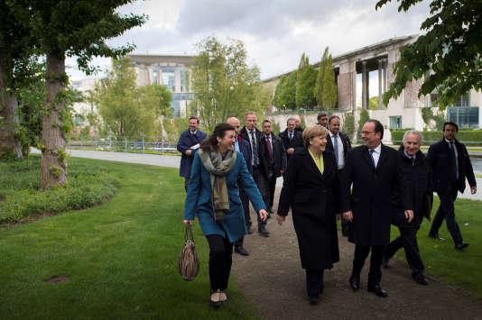 Angela Merkel et François Hollande en chemin pour le restaurant Paris-Moskau, à Berlin, le 8 mai.
