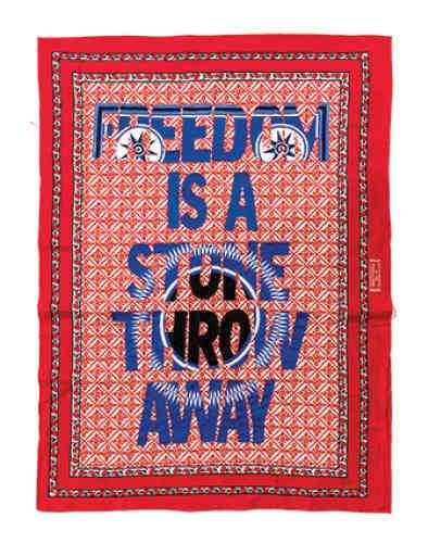 « Freedom is a Stone Throw Away », 2017. Broderie de coton sur kanga.Né en 1982 à Johannesburg et diplômé des Beaux-Arts de l'université de Johannesburg en 2007, Lawrence Lemaoanaréalise des œuvres, qu'il s'agisse de sculptures dans l'espace public, d'impressions numériques ou de compositions textiles imprimées et brodées, qui s'inspirent du langage médiatique et politique et de son emprise sur l'imaginaire collectif.