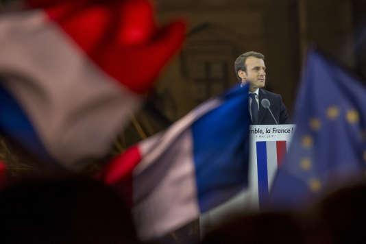 Emmanuel Macron, candidat du mouvement En marche! à l'élection présidentielle de 2017, devant la presse et ses partisans au carrousel du Louvre, à Paris, dimanche 7 mai.