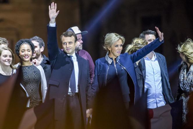 Emmanuel Macron et sa femme Brigitte saluent leurs supporters au Carrousel du Louvre à Paris, dimanche 7 mai.