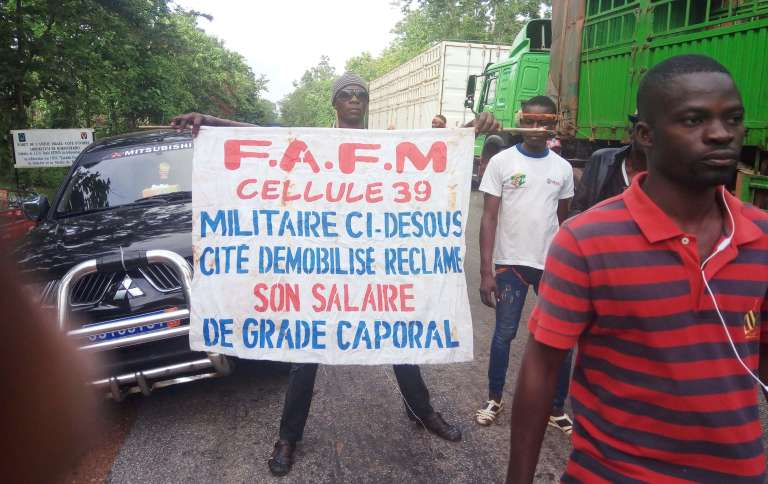 Plusieurs centaines d'anciens rebelles démobilisés bloquent l'accès à l'entrée sud de Bouaké, en Côte d'Ivoire,le 8 mai 2017.
