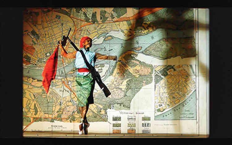 « Notes Towards a Model Opera », 2015. Triple projection vidéo, couleur, son 11'22''.Figure majeure de la scène artistique sud-africaine et internationale, William Kentridge, né en 1955 à Johannesburg, développedepuis la fin des années 1980une œuvre multiforme, à la croisée des disciplines où se mêlent arts plastiques, performance, théâtre et opéra. Souvent enracinées dans sa ville natale, ses œuvres, en partie autobiographiques, font écho à des sujets politiques et sociaux, passés ou présents.