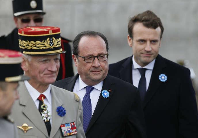 François Hollande et Emmanuel Macron, lors de la cérémonie du 8 mai 2017.