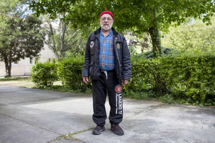 A Marseille, Jean-Jacques Rosario, 69ans, affiche clairement ses opinions au reversde sa veste. Une flamme frontiste et un œillet bleu-blanc-rouge : «Je vote FN depuis plusde dix ans…»