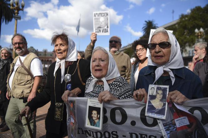 Manifestation de l'association des Mères de la place de Mai, pour la vérité sur les disparitions d'enfants pendant la dictature militaire, à Buenos Aires, le 20 avril.