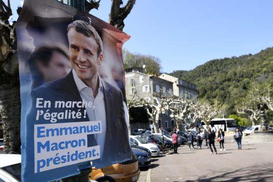 Dans une rue de Vescovato, en Corse, le 7 avril.Emmanuel Macron a réalisé six de ses dix plus gros scores sur l'île de Beauté au premier tour de l'élection présidentielle. Au second tour, trois villages ont voté à 100 % pour lui.