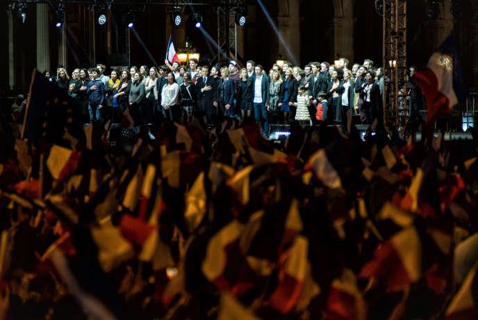 Le nouveau Président de la République Emmanuel Macron, sa femme Brigitte Macron et plusieurs membres de leur famille entonnent la Marseillaise devant leurs sympathisants, le 7 mai 2017 sur la place du Carrousel du Louvre à Paris.