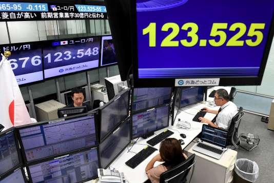 Des écrans affichent le taux de change euro/yen à Tokyo, le 8 mai 2017, après la victoire d'Emmanuel Macron à la présidentielle française.