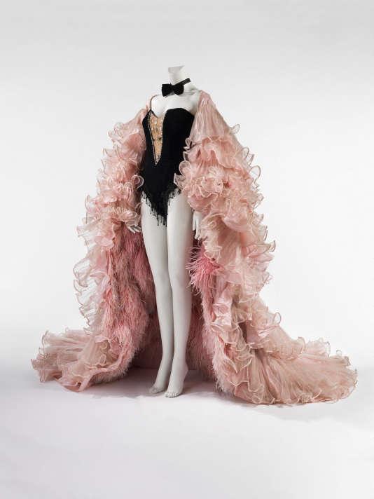 Plumes d'autruche, franges en bandes plastique irisée, satin de fibres mélangées, strass en cristal..., tenue de scène de Dalida de1980.