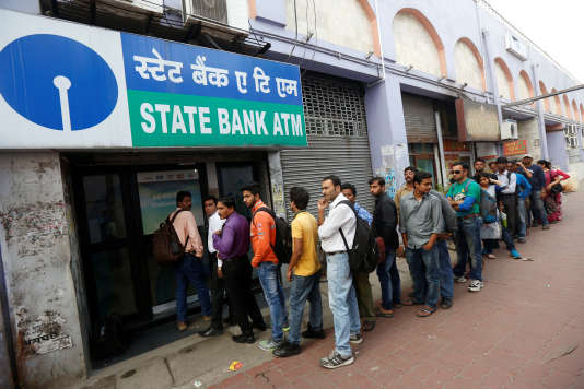 Queue devant la State Bank of India (SBI) à Kolkata, en Inde, le 22 novembre 2016.