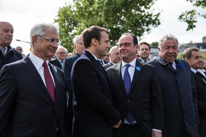 Emmanuel Macron et François Hollande lors des la cérémonies de commémoration de la fin de la seconde guerre mondiale, à Paris, le 8 mai.
