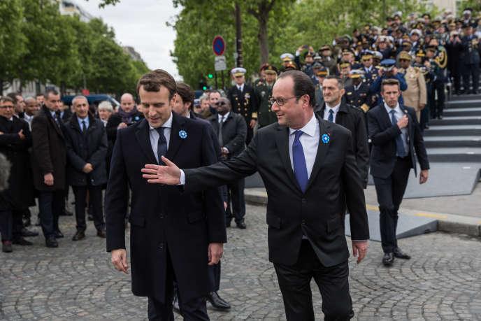 Emmanuel Macron et François Hollande, lors des commémo-rations du 8 mai 1945, à Paris.