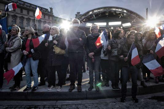 Les sympathisants d'Emmanuel Macron attendent l'arrivée du nouveau président de la République, le 7 mai sur la place du Carrousel à Paris.