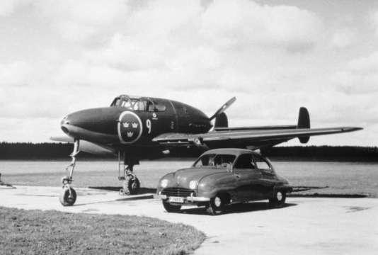 La Saab 92 posant à côté du chasseur Saab 21.