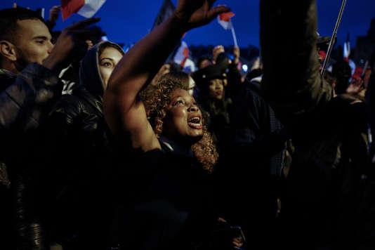 Des sympathisants d'Emmanuel Macron dansent en attendant l'arrivée du nouveau Président de la République, le 7 sur la place du Carrousel du Louvre à Paris.