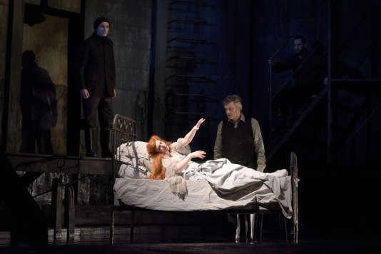 Kyle Ketelsen (Golaud), Patricia Petibon (Mélisande) et Arnaud Richard (le médecin) dans « Pelléas et Mélisande » au Théâtre des Champs-Elysées à Paris, le 29 avril 2017.