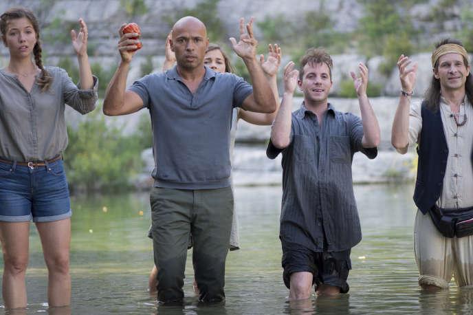Eric Judor (au premier plan), réalisateur du film, interprète le père d'une famille égarée dans une communauté zadiste.