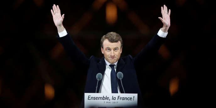 Le nouveau président de la République Emmanuel Macron célèbre sa victoire au Carrousel du Louvre, à Paris, le 7 mai 2017.