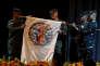 Le lieutenant général Lawrence Nicholson (au centre), des Marines des Etats-Unis, et son homologue des forces armées des Philippines, le lieutenant général Oscar Lactao (à gauche), lors de la cérémonie d'ouverture des exercices militaires américano-philippins, le 8 mai 2017 au camp Aguinaldo, à Quezon City, dans la banlieue de Manille.