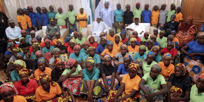 Le président Buhari a reçu au palais présidentiel d'Abujales 82 jeunes filles libérées des mains de Boko Haram, samedi 6 mai 2017.