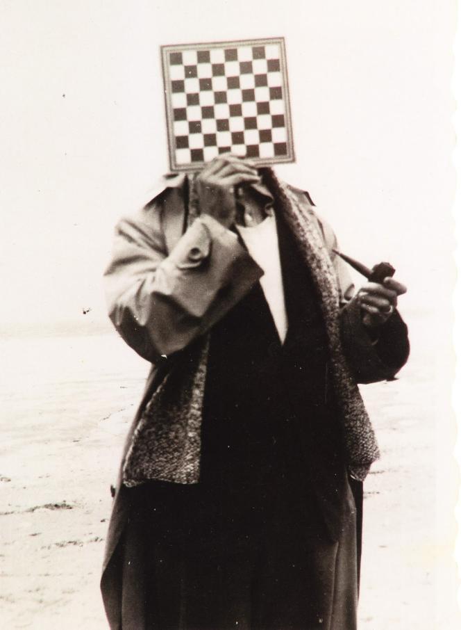 Paul Nougé photographié par René Magritte, en 1937.