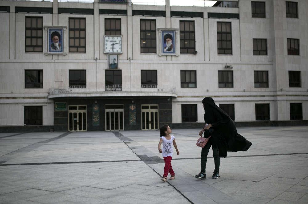 Les portraits du guide de la révolution, l'ayatollah Khomeini, et du guide suprême AliKhamenei.