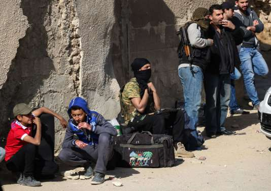 L'évacuation de quelque 8000 personnes du quartier de Barzeh, dans le nord de la capitale syrienne, a débuté lundi 8mai. Des combattants rebelles attendent le convoi qui les mènera dans la province d'Idlib (nord-est de la Syrie), tenue par l'opposition.