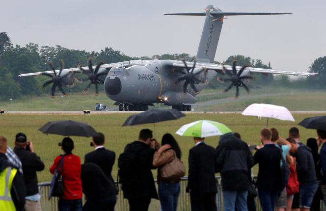 Un atterrissage de l'avion de transport militaire d'Airbus A400M lors du salon aéronautique de Berlin (ILA) à Schönefeld, au sud de la capitale allemande, le 1er juin 2016.