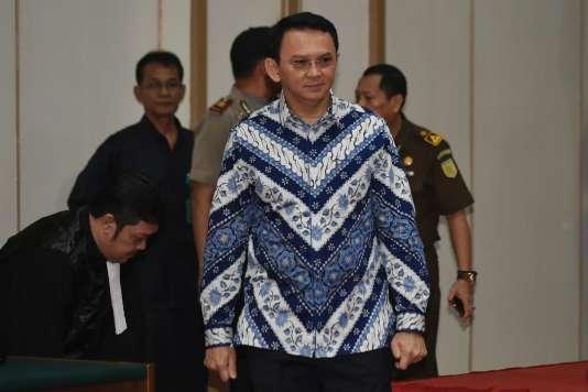 Le gouverneur Basuki Purnama arrive dans la salle d'audience du tribunal de Djakarta pour l'énoncé de son verdict, le 9 mai.