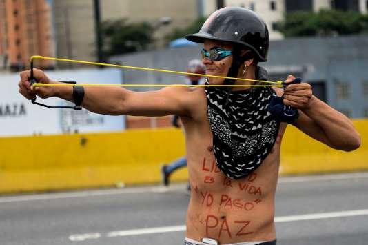 Les forces de l'ordre ont dispersé avec des gaz lacrymogènes un rassemblement de milliers d'opposants à Caracas, lundi 8 mai.