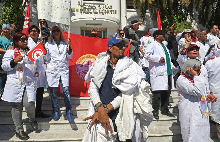Manifestation de médecins à Tunis devant le ministère de la santé, le 23 mars 2017.