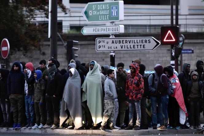 Réfugiés à Paris, après l'évacuation de leur campement, porte de La Chapelle, le 9 mai 2017.