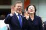 Moon Jae-in, candidat du Parti démocrate à l'élection présidentielle en Corée du Sud, et sa femme Kim Jung-suk saluent leurs partisans après avoir voté, le 9 mai 2017, à Séoul.